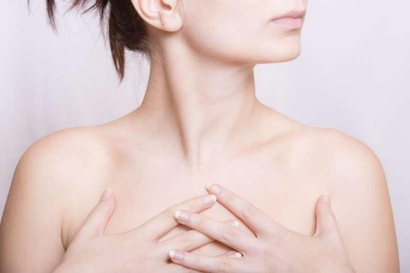 胸部經常覺得痛痛的,不穿鋼圈內衣會不會比較好?(圖/取自photoAC)