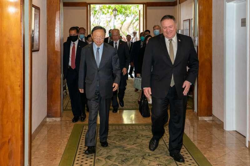 龐佩歐(右)和楊潔篪(左)在夏威夷會面,是疫情爆發後中美高層首次面對面接觸。(翻攝自Secretary Pompeo Twitter)