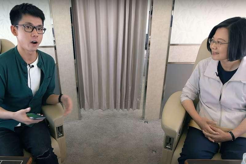 蔡英文(右)在選戰期間曾與多位網紅直播對談。(翻攝自YouTube)