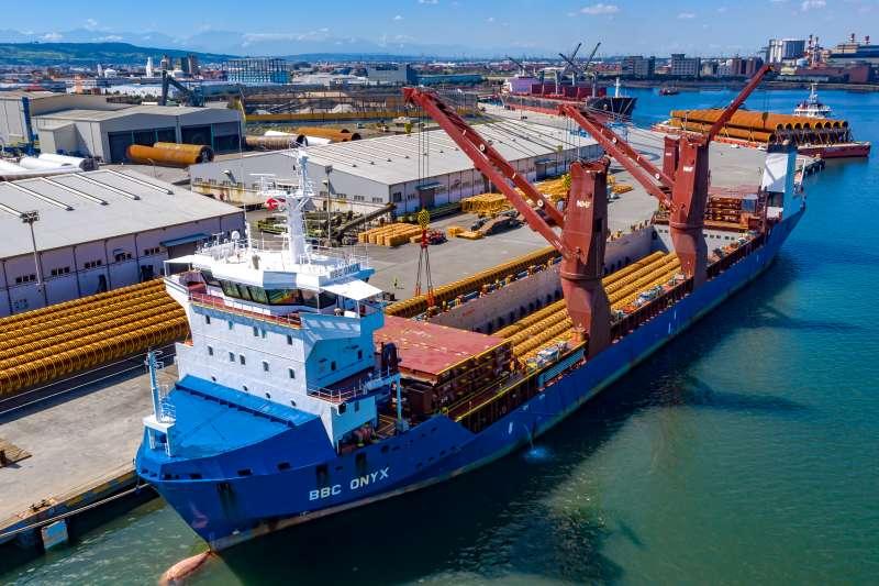 海能風電水下基礎的首批基樁已經順利抵達台中港,安裝工程整「樁」待發。(圖/海能風電提供)