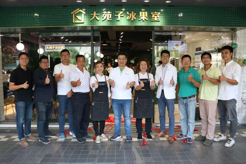 大苑子總經理邱瑞堂(中)三兄妹邀請長期配合的果農代表一起為市府夢想店揭牌。(圖/大苑子提供)