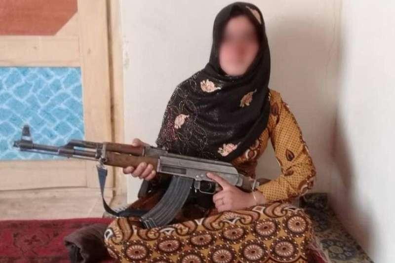 阿富汗16歲女孩居爾勇敢擊退神學士恐怖分子。(取自推特)