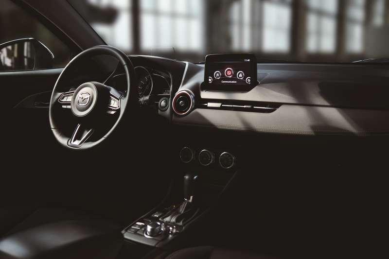 旗艦羨定版配置領先同級的多項豪華舒適配備,讓車主以最舒適的駕駛姿態體驗極致感官饗宴。類麂皮內裝飾版則展演低調豪華的高級質感。(圖/MAZDA提供)