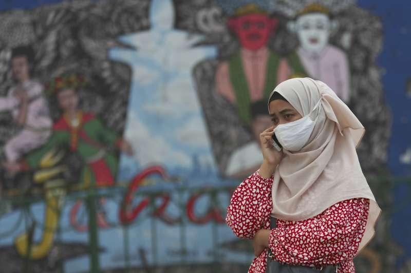 新冠肺炎疫情下戴口罩的印尼少女(AP)