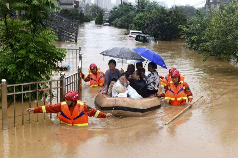 中國南方暴雨不止,截至7月13日的洪災已造成141人死亡失蹤、2.9萬間房屋倒塌。(美聯社)