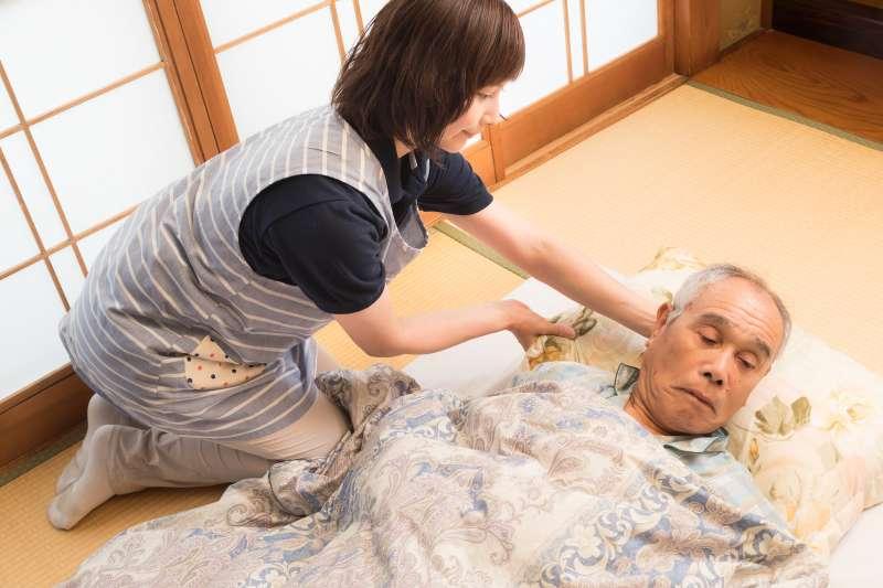 只要符合特定條件,在家自行照顧長者也可請領每月5千元補助。(示意照,非當事人,圖/pakutaso)