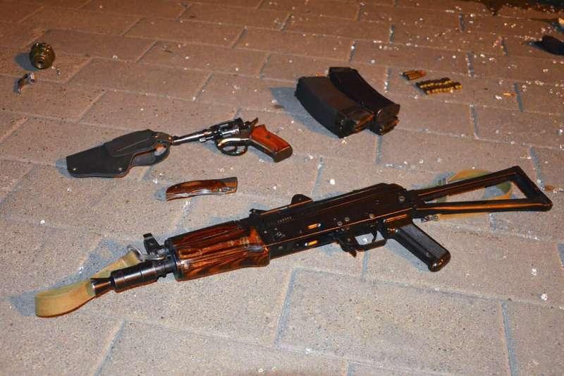 烏克蘭21日發生恐怖挾持事件,北部城市盧茨克一名男子武裝劫持公車,車上13名乘客淪為人質。(AP)