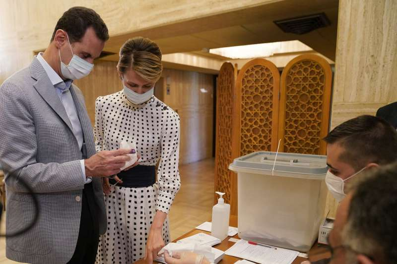 敘利亞國會大選:敘利亞總統阿塞德與太太投票(AP)