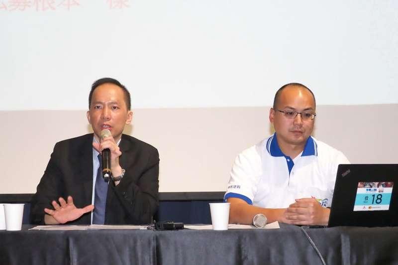 葉政盛(右)領國泰一號小股東開記者會,大聲控訴遭基金經理霸凌。(林瑞慶攝)