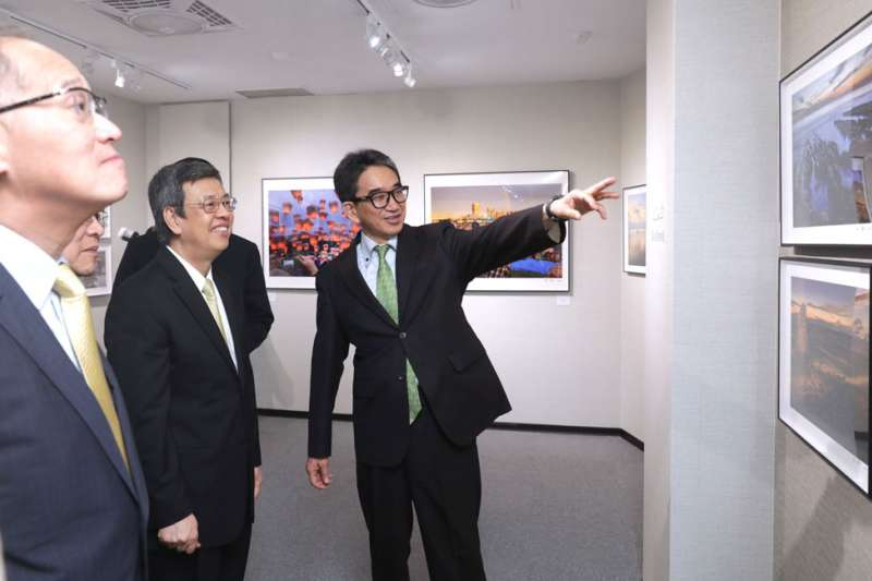 垂秀夫(右)於台灣總統府辦個人攝影展,前副總統陳建仁(中)等人都到場致意。(總統府提供)