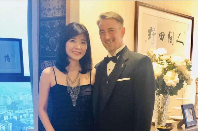 美國駐成都總領事林傑偉(右),原任期只到7月,但因故留守成都至今。他的夫人是台灣作家莊祖宜,育有兩子,一家人因武漢肺炎疫情相隔兩地。(圖取自莊祖宜臉書)
