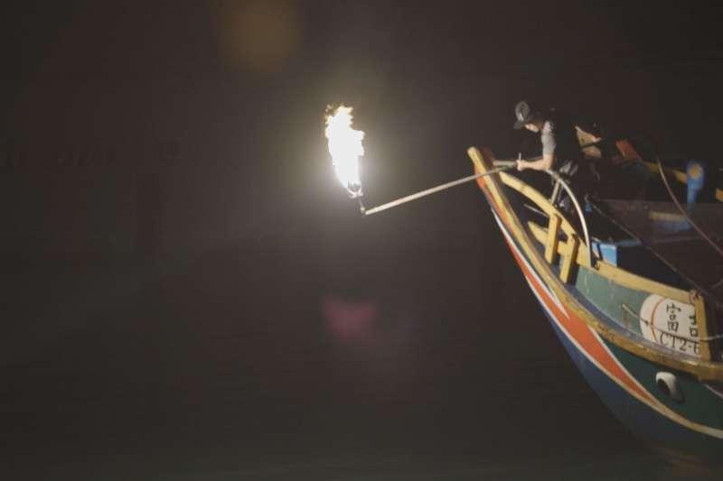 磺火捕魚,台語稱為蹦火仔,是新北金山流傳百年歷史的傳統捕魚方式。(圖/新北市文化局)