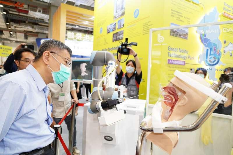 柯文哲24日出席2020台北生技獎頒獎典禮時表示,台灣在新冠肺炎疫情影響下表現亮眼,讓他發現台灣其實在生技產業上有一定的實力。(台北市政府提供)