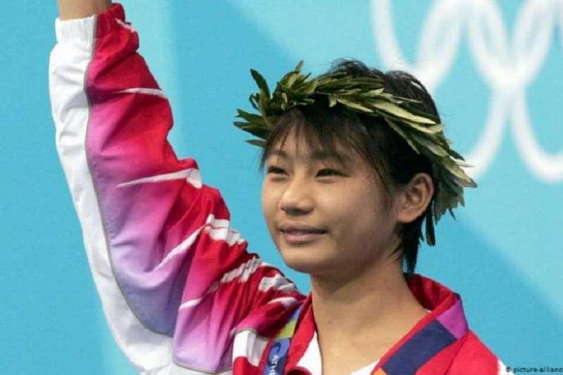 奧運冠軍勞麗詩被罰禁用微博一年。時評人長平認為,和其他行業一樣,運動員中有鄧亞萍也有郝海東,不搞政治就可能被政治搞。