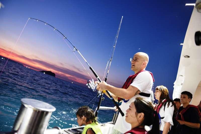 金鐘獎最佳行腳節目主持人吳鳳偕妻女,一同參與基隆鎖管季夜釣體驗。(圖/基隆市府提供)