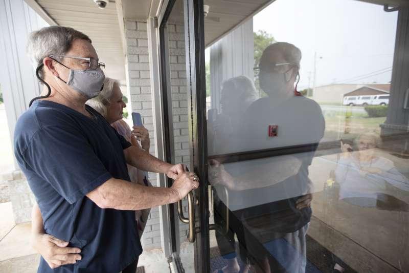 美國疫情態勢嚴峻,美國長照機構屢次爆發群聚感染,凸顯醫護人員的勞動風險。(AP)