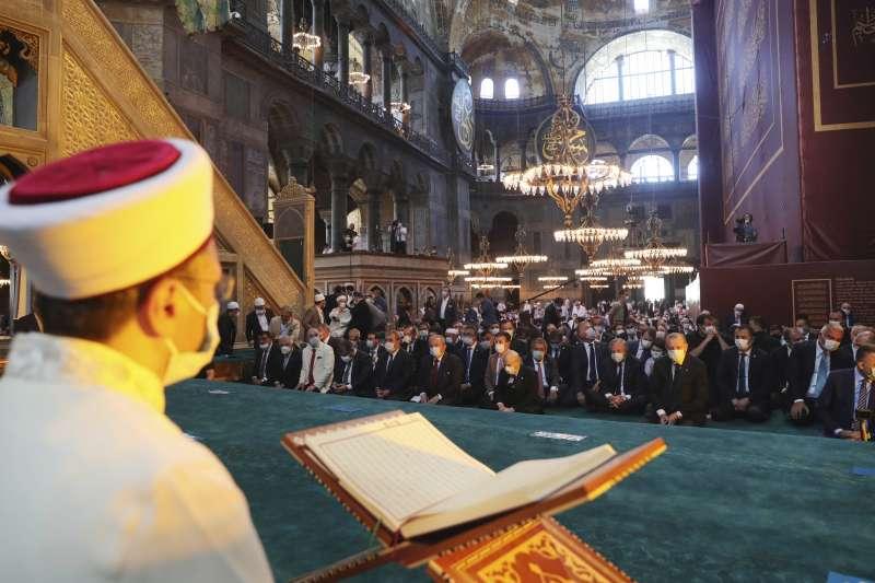 土耳其伊斯坦堡的聖索菲亞(Hagia Sophia)正式從博物館轉型為清真寺,圖為24日第一場週五主麻禮拜。(AP)