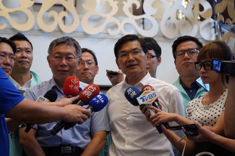 台灣民眾黨主席柯文哲(左)25日南下高雄,為黨籍候選人吳益政(右)站台。(吳益政辦公室提供)