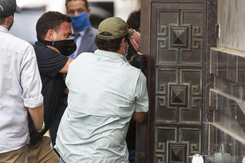 美國政府要求中國72小時內關閉駐休士頓總領事館,期限屆至後,聯邦官員開始進入使館清查。(美聯社)