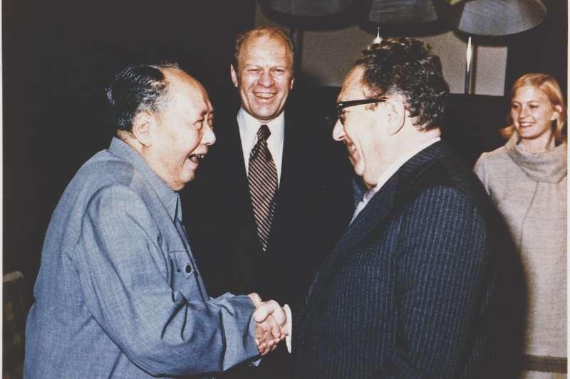1975年12月2日,美國總統福特(中)在北京會見毛澤東,右為國務卿季辛吉(https://www.fordlibrarymuseum.gov/)