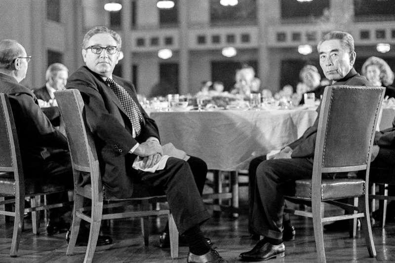 1973年,美國國務卿季辛吉(Henry Kissinger)和中國總理周恩來出席在北京人民大會堂舉行的宴會。(AP)