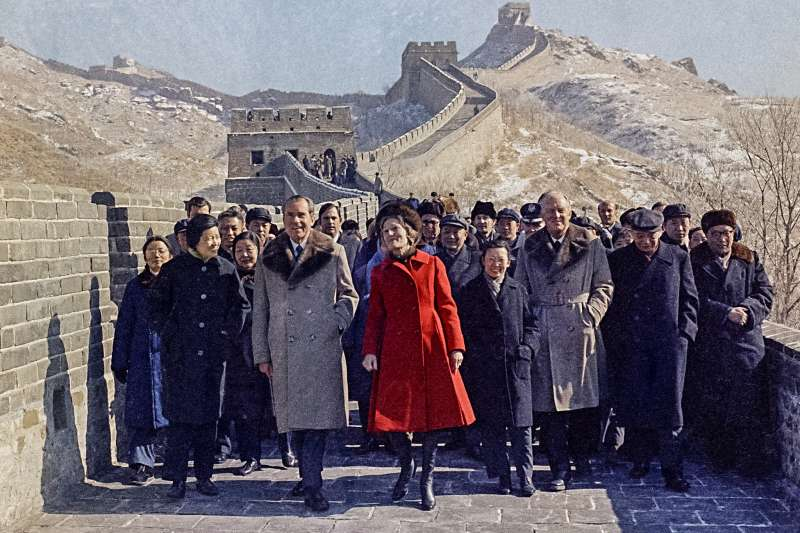 1972年2月,尼克森(Richard Nixon)總統及夫人參觀長城。(AP)
