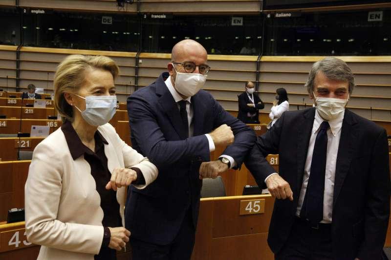 2020年7月23日,歐盟3巨頭(左起)歐盟執委會主席馮德萊恩(Ursula von der Leyen)、歐洲理事會主席米歇爾(Charles Michel)、歐洲議會主席薩索里(David Sassoli)來到歐洲議會(AP)