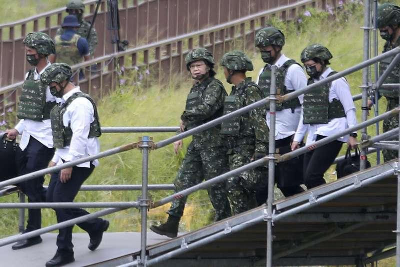 2020年7月16日,漢光36號演習在台中甲南海灘進行三軍聯合作戰實彈操演,蔡英文總統視查。(資料照,AP)