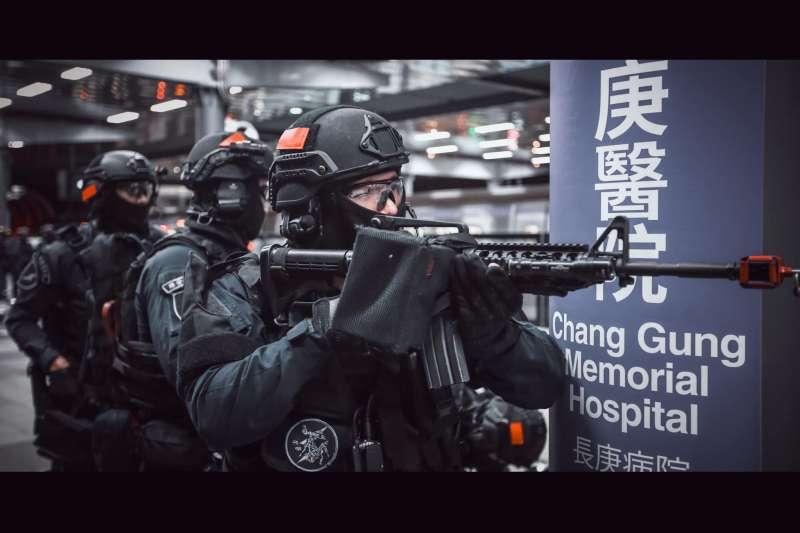 警方25日凌晨在桃園捷運長庚醫院站實施高強度「無劇本演練」,持續精進反恐應處作為。(取自NPA署長室臉書)