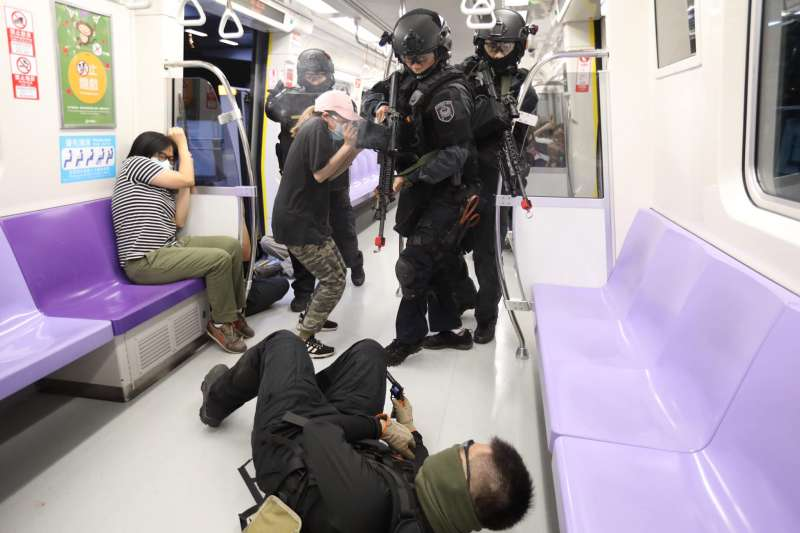 20200725-警方25日凌晨在桃園捷運長庚醫院站實施高強度「無劇本演練」。(取自NPA署長室臉書)