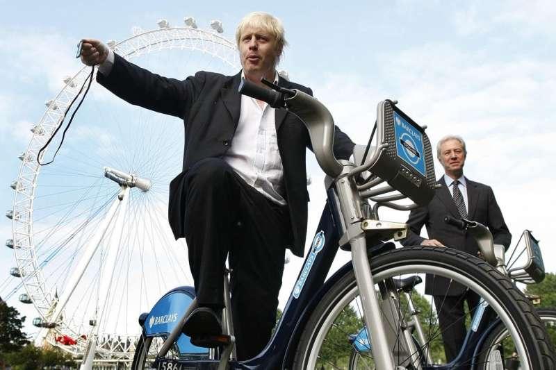 英國首相強森(Boris Johnson)擔任倫敦市長與國會後排議員期間,經常騎自行車上班。(AP)