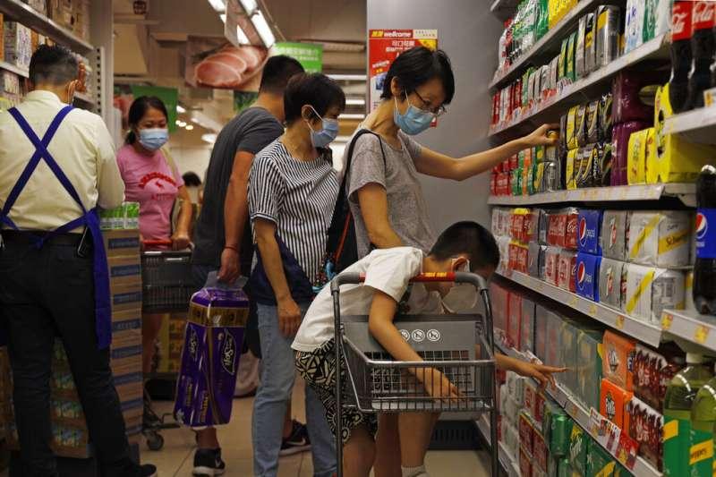 日前1名50多歲台籍女子前往香港,新冠肺炎一採呈現陰性後落跑,之後二採檢出陽性。台大醫院小兒部主任黃立民對此表示,該女多數時間都待在台灣,在台染疫機率較大。(資料照,美聯社)