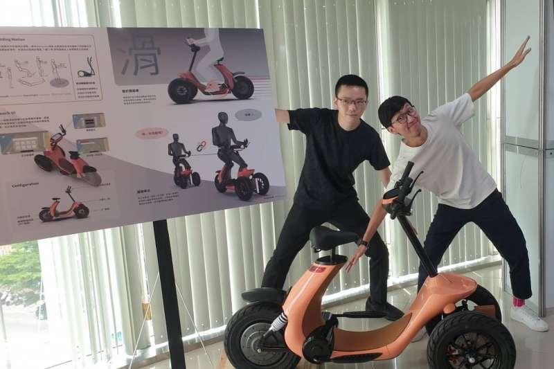 朝為(右)與宗翰同學思考如何能帶給銀髮族享受微風與兼具安全的運動工具,「銀滑- e-slide」由此而生。(圖/陳麗茹攝)