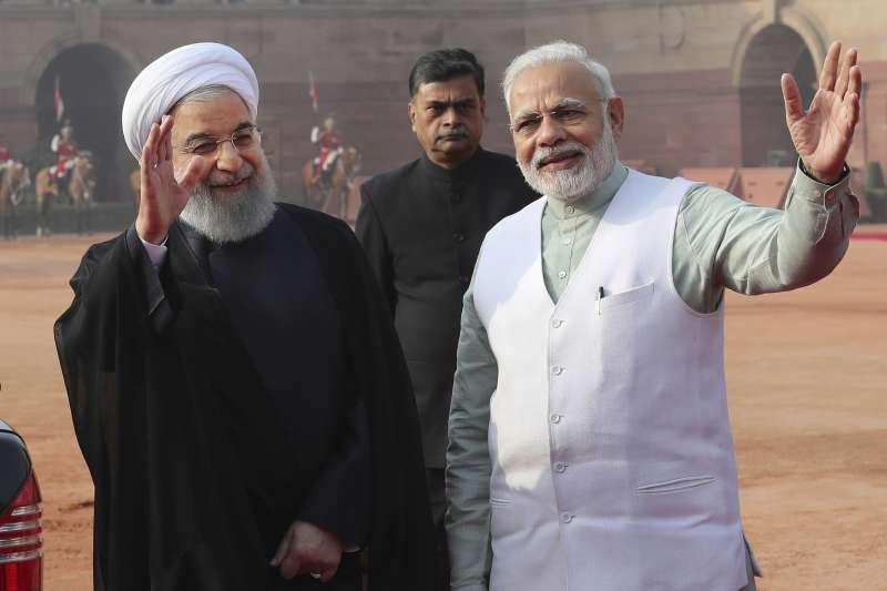 印度總理莫迪(右)與伊朗總統魯哈尼(資料照,AP)