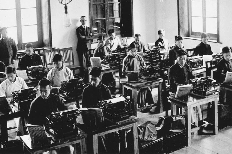 圖5,練習西式打字。民國建立後興起的新趨勢,對於中國商業實務產生了巨大的影響。圖中的中國青年正以進口的雷明頓(Remington)打字機,學習西方秘書和語言的各種技能。而他們接受培訓的目的,是為了和西方貿易以及在租界的外國洋行謀職。(左岸文化提供)