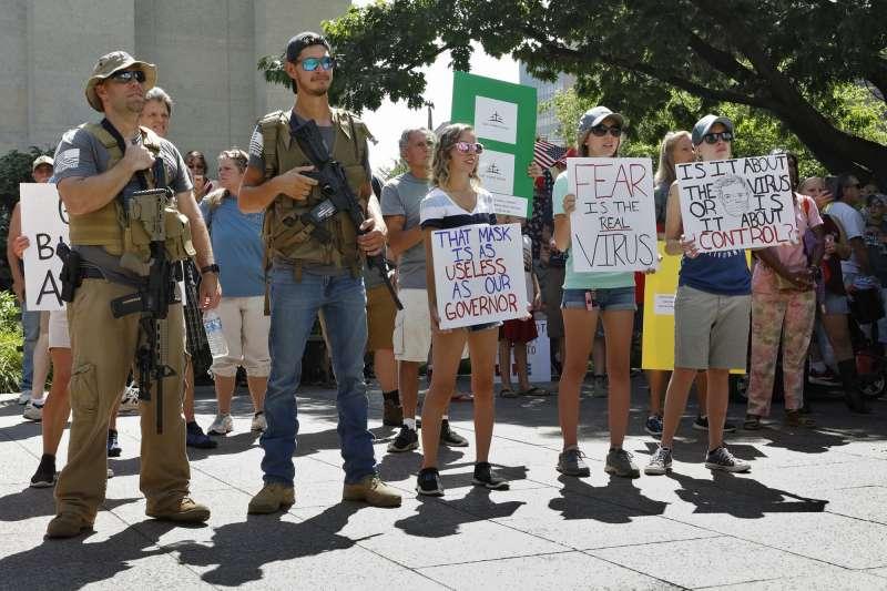 美國反對戴口罩群眾組織抗議活動。(美聯社)
