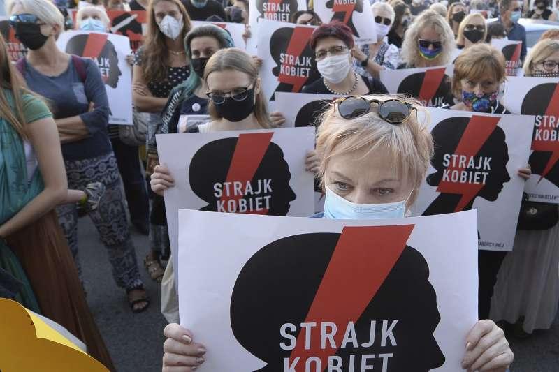 波蘭右翼政府擬退出打擊家庭暴力及對女性施暴的《伊斯坦堡公約》,憤怒群眾走上街頭抗議。(AP)