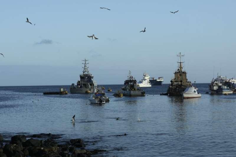 中南美洲國家厄瓜多加拉巴哥群島海域附近漁船。(AP)