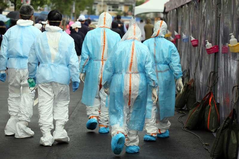 作者提及,自負責照顧染疫病患的醫師確診以來才經九天,台灣本土感染便出現十例確診,成為台灣疫情上的重大挑戰。(資料照,柯承惠攝)
