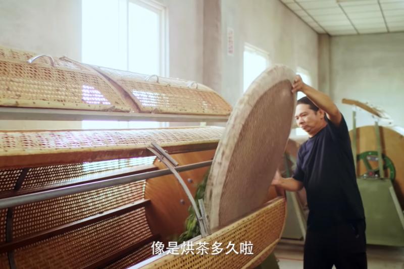 製茶師傅陳俊郎說:「茶裏王要求很多而且很囉嗦,但是做紀錄是為了維持茶葉品質的穩定,所以公司的堅持是對的。」(圖/茶裏王提供)