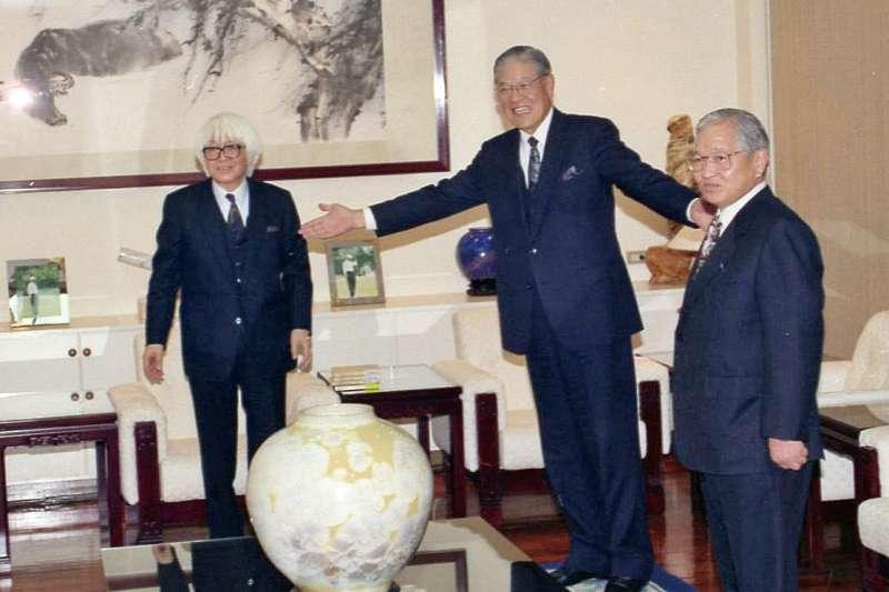 在陳舜臣(右)的引薦下,司馬遼太郎(左)見到了李登輝(中)。(國史館提供,《李登輝總統文物》007-030207-00033-006-0003f)