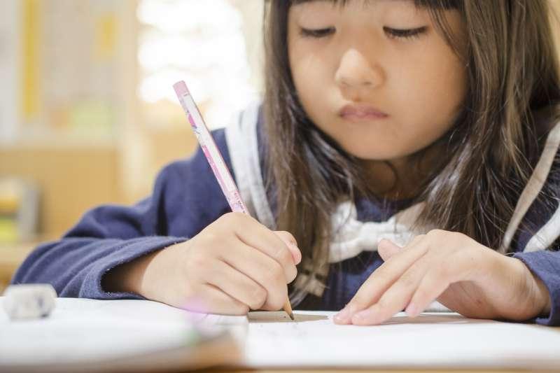 小孩不是因為笨、因為懶、因為不要臉才抄襲作文,而是大人對寫作文的迷思,壓得他們喘不過氣來,不得不當「抄人」。(示意圖@photoAC)