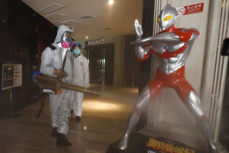 中國疫情近日出現復甦跡象,北京的電影院也加緊消毒防疫。(美聯社)