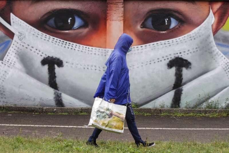 新冠肺炎持續升溫,疫情未因夏季高溫而趨緩,隨著秋冬流感流行季逼近,屆時流感與新冠病毒恐同時肆虐。(資料照,美聯社)