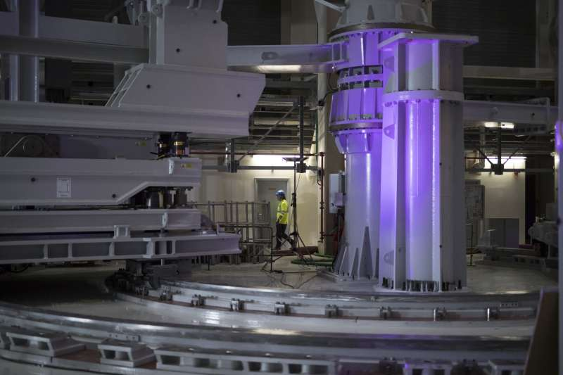 位於法國、由多國聯合興建的國際熱核融合實驗反應爐(ITER)開始組裝,預計2025年才能完成。(AP)