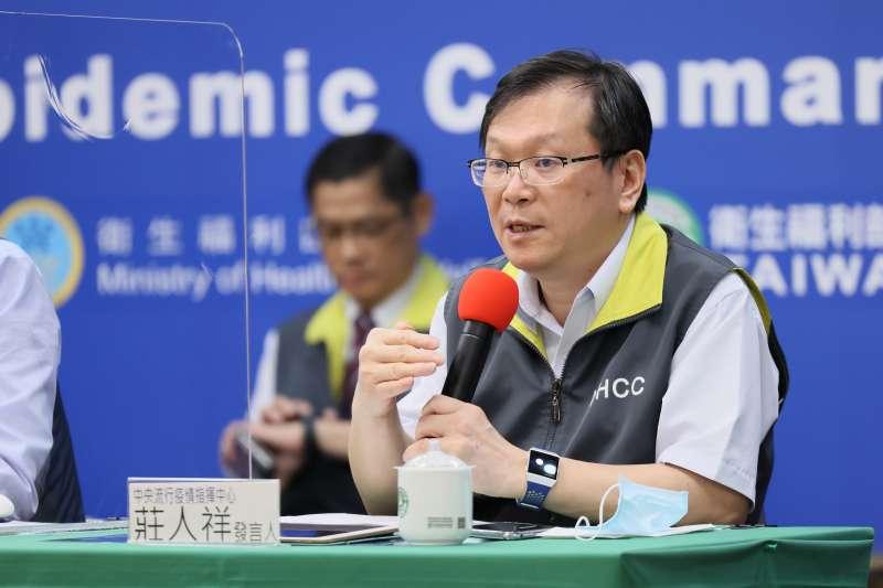 越南疑有1名武漢肺炎境外移入與台灣有關。中央流行疫情指揮中心發言人莊人祥(右)表示,目前進行疫調並匡列接觸者7人採檢。(資料照,中央流行疫情指揮中心提供)