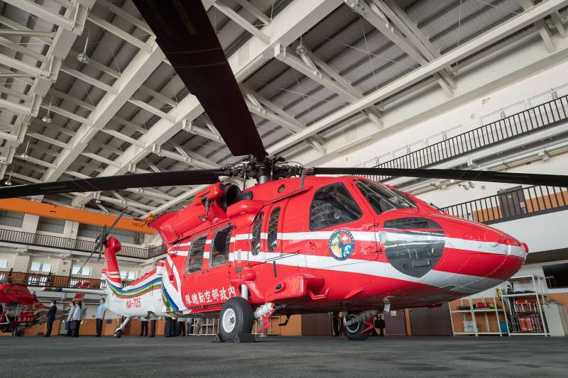 20200729-空勤總隊近年汰換老舊機種同時接裝軍方撥交的UH-60M黑鷹直升機(圖),其紅色塗裝是為空勤總隊的「正字標記」,再搭配AS-365海豚直升機,共同擔負災害防救、空中偵巡、森林滅火、運補等任務。(總統府flickr提供)