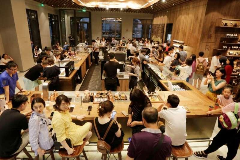 2018年6月30日,北京前門地區的星巴克臻選北京旗艦店迎來顧客。(美國之音)