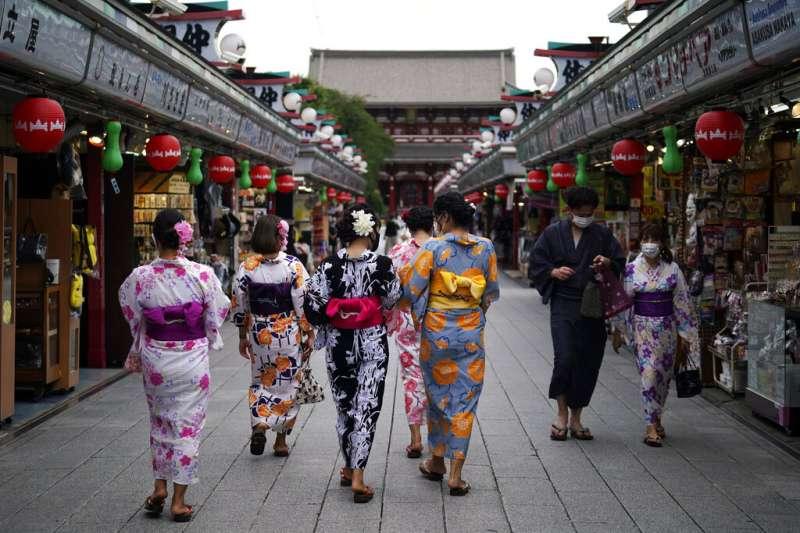 東京淺草區,一群穿著和服的年輕女性正在逛街。(美聯社)