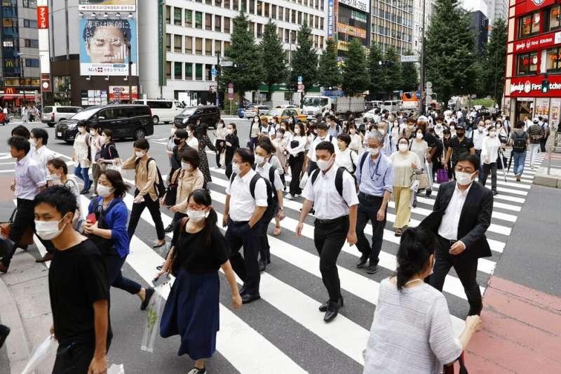 東京新增病例屢破新高,東京都政府也打算要求餐廳與卡拉OK在晚間10時之前關門。(美聯社)